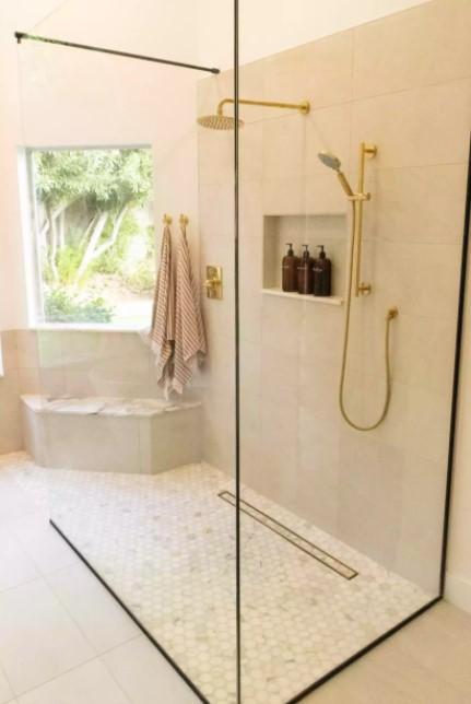 השתמש ברצפת המקלחת באריח ומרקם קטן