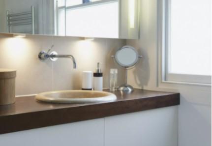 שפרו את התאורה בחדר השירותים והאמבטיה